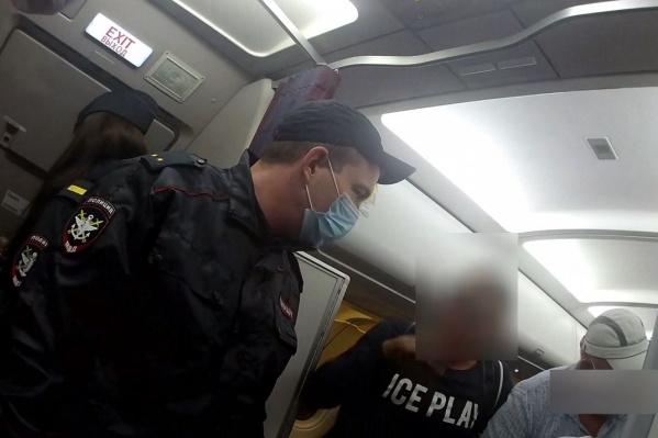 Мужчина требовал, чтобы полицейский отдал ему честь
