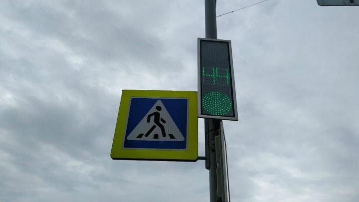 В Кургане после зимы приводят в порядок светофоры и дорожные знаки