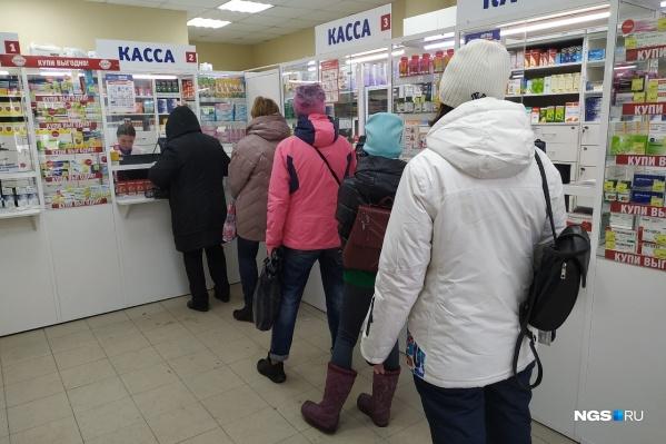 Во многих аптеках очереди образуются уже с утра, многие новосибирцы спрашивают в том числе маски и антисептики