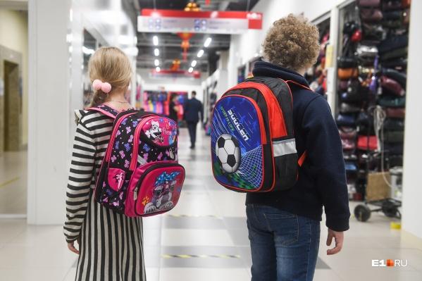 Если выбирать весь комплект для школьника из вещей экономкласса, то можно даже уложиться в путинское пособие