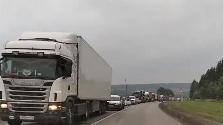 МЧС предупреждает водителей о большой пробке на трассе в Пермском крае