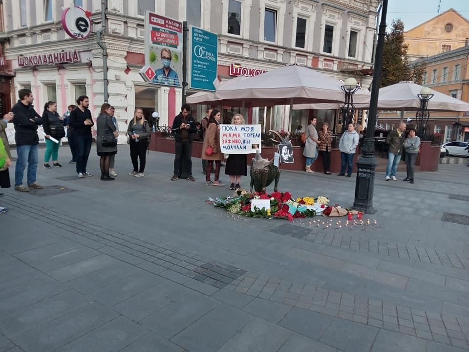 Нижегородцы продолжают нести цветы Козе, которая изображена на логотипе KozaPress