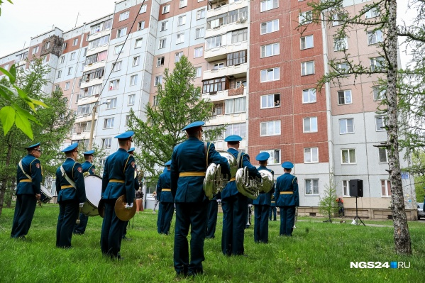 Так в Красноярске праздновали 9 Мая: чтобы не подвергать риску ветеранов, им играли под окнами