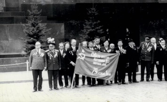 Василий Рыжков (четвертый слева) держит знамя. Мужчина ежегодно ездил в Москву на встречи с сослуживцами