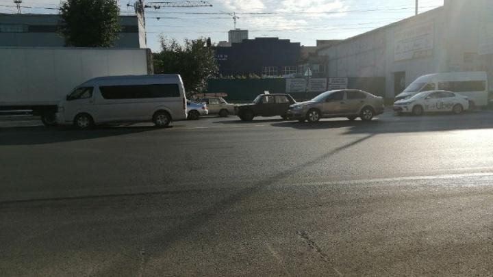 Новосибирцы встали в пробку на площади Труда из-за небольшого ДТП