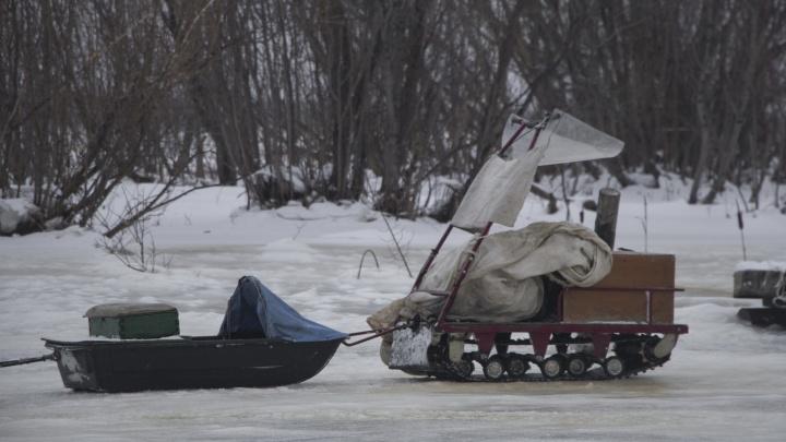 Мужчина на снегоходе провалился под лед в Архангельске