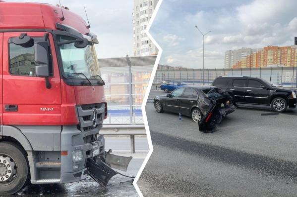 Авария случилась, потому что у водителя легковушки спустило колесо, а затем в его автомобиль влетела фура