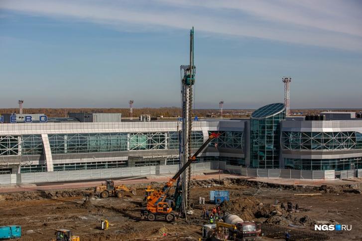 Первую сваю нового терминала в Толмачёво торжественно погрузили 15 сентября 2020 года