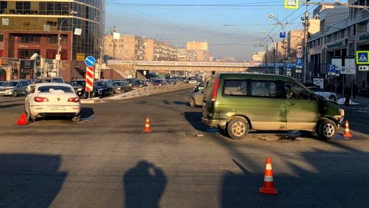 На Красном проспекте столкнулись три автомобиля — пассажирка одного из них оказалась в больнице