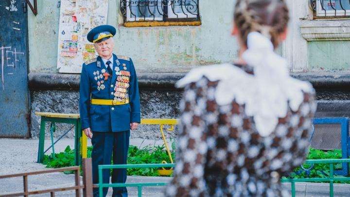 350 персональных концертов. Фоторепортаж с поздравлений пермских ветеранов с Днем Победы