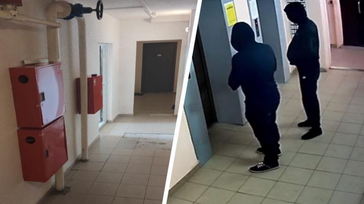 «Открыли пожарный кран и ушли»: в Краснолесье двое мужчин устроили потоп в многоэтажке