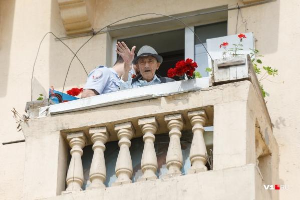 Михаил Серебряков приветствует артистов на своего балкона