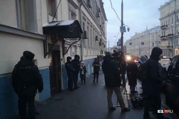 У здания суда собираются последователи бывшего схиигумена Сергия