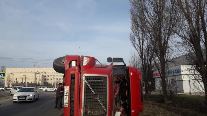 «Слишком резко крутанул руль»: на оживленной дороге Волгограда перевернулась фура с тоннами фанеры