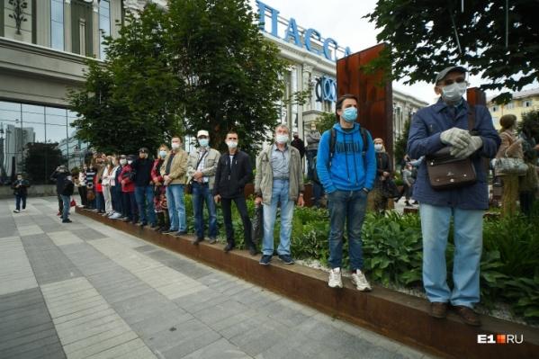 Простые зрители, в отличие от большинства тех, кто был на трибунах и маршировал в коробках, были в масках