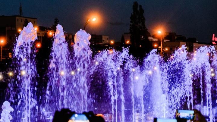 В Перми протестируют новые светомузыкальные шоу на фонтане у Заксобрания