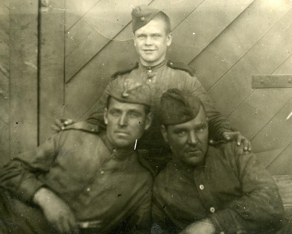 Фото сделано в Харбине 15 ноября 1948 года. Лев Панчетовский (стоит) со своими товарищами Федором Савкиным и Стефаном Митиным