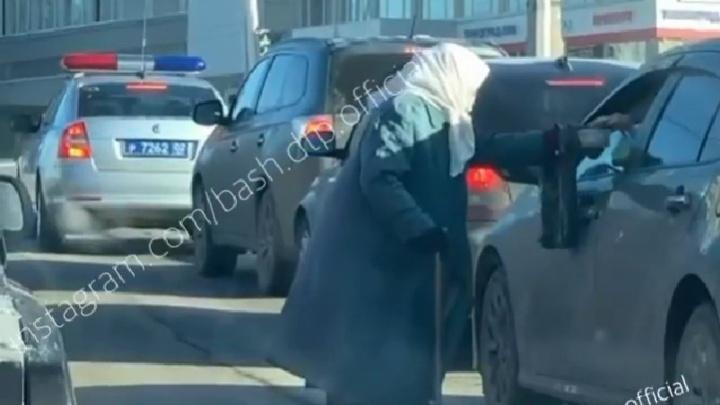 В Уфе на проезжей части пожилая женщина просила милостыню, все это на глазах у патрульной машины ДПС