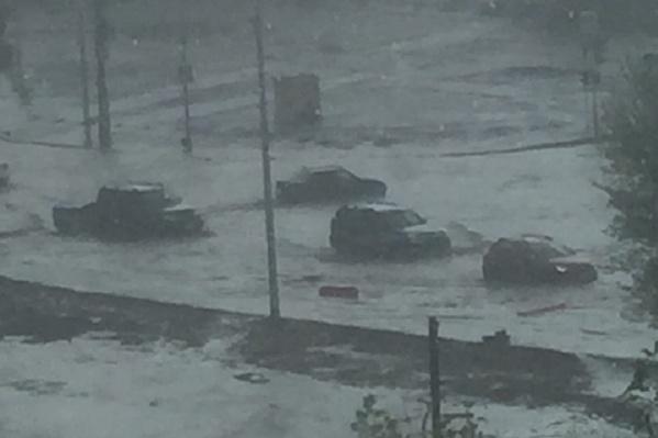 Машины по колёса в воде
