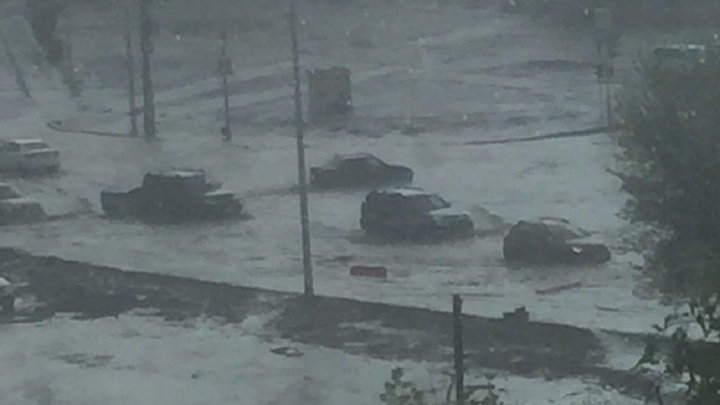 «Хоть лодку доставай»: в Волгограде первый майский дождь затопил дороги