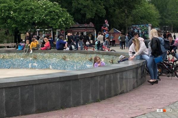 Парк открыли 20 мая. Но сегодня людей было особенно много — сказывается теплая погода