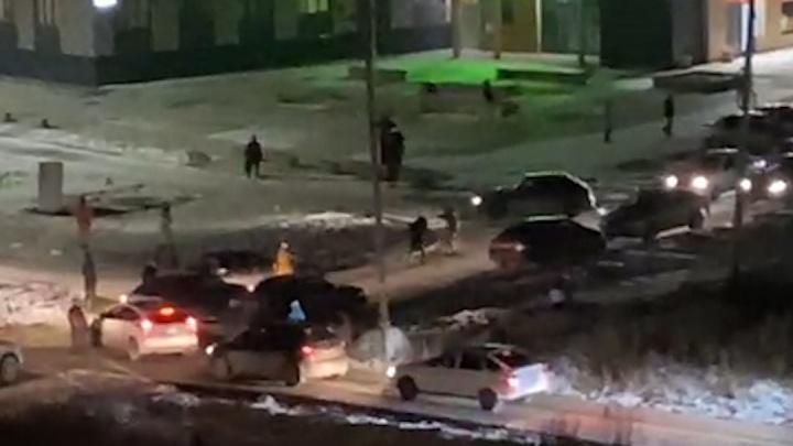На Широкой Речке автомобилисты устроили драку на перекрестке: видео