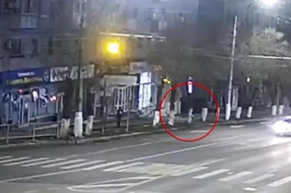 Мужчина рухнул на тротуар в первом часу ночи