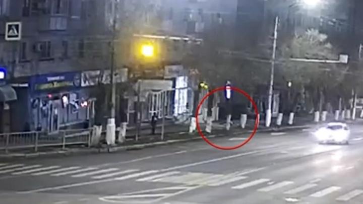Люди мгновенно кинулись на помощь: опубликовано видео спасения волгоградцами выпавшего из окна мужчины