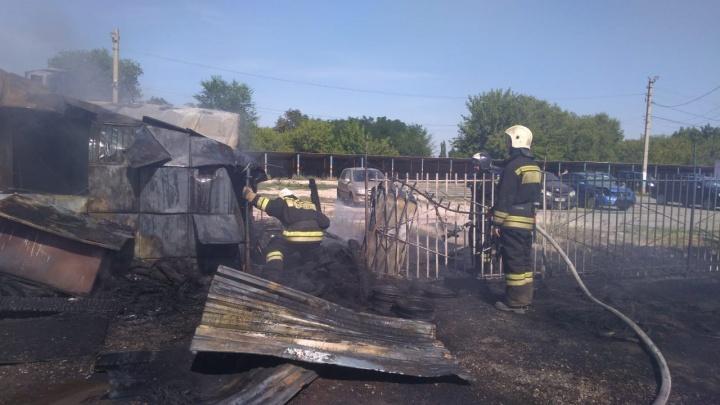 В Волгограде сгорела шиномонтажная мастерская: фото и видео с места пожара