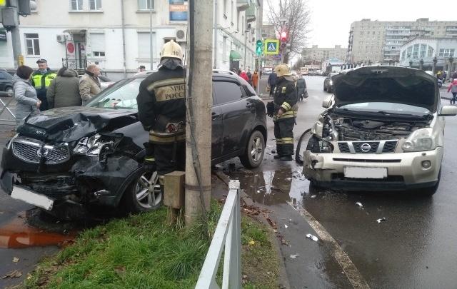 В центре Рыбинска столкнулись два внедорожника: пострадали люди