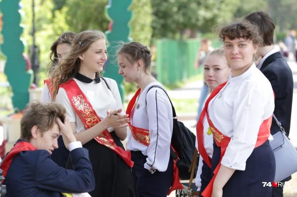 Выдать аттестаты выпускникам Челябинской области обещали до середины месяца — 15 июня. Из-за праздников у школ осталось всего два рабочих дня до обозначенного срока