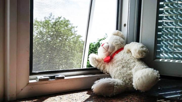 В 2020 году в Кузбассе из окон выпали уже несколько детей. Рассказываем, как защитить малышей