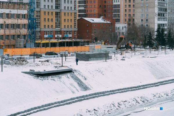 На участке набережной от Комсомольского моста до Чехова усиленно кладут плитку