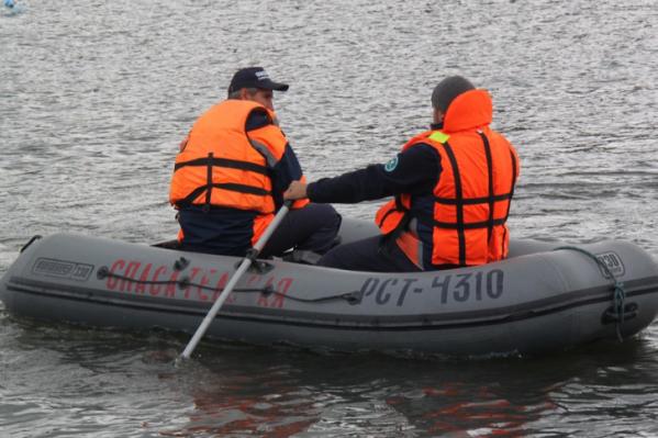 Выбраться самостоятельно рыбаки не смогли и обратились к спасателям