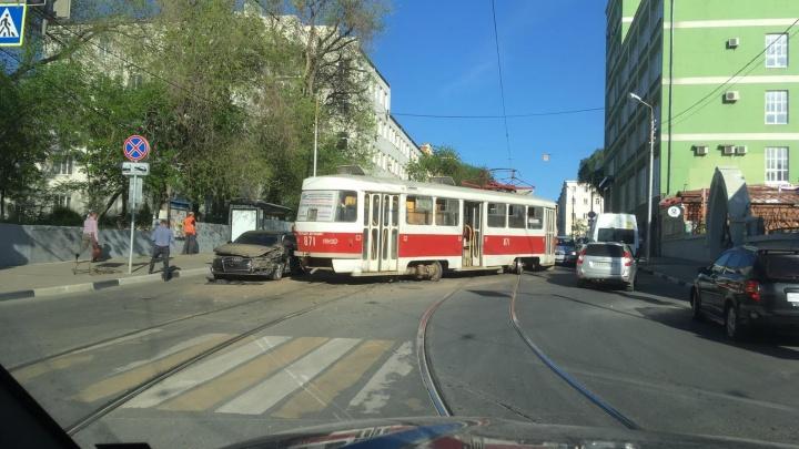 В Самаре трамвай слетел с рельсов и разбил «Ауди»
