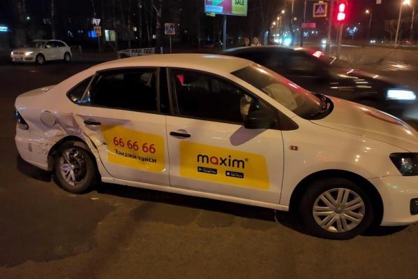 В ДТП пострадали четыре человека, пассажирке такси пришлось делать операцию