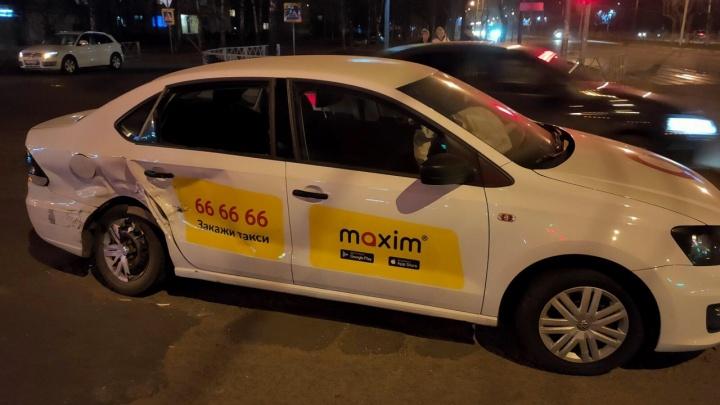 «У мамы сломаны рёбра, проткнуто лёгкое»: в Ярославле тонированная «Лада» протаранила машину такси