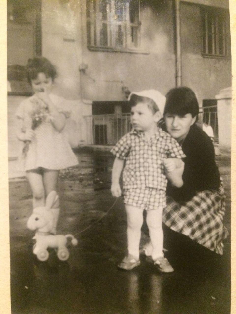 Екатеринбурженка Ольга на этом фото совсем малышка — ее семья на фоне дома, который считают «родовым гнездом»