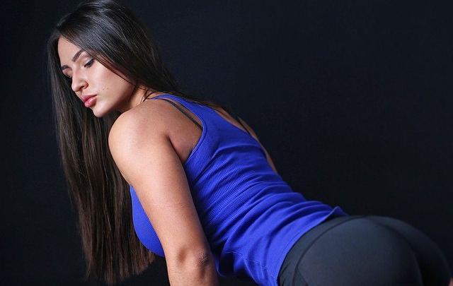 Эффектная тюменка показывает упражнения для идеальной фигуры. Прямой эфир