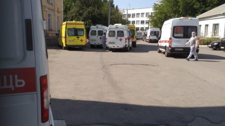 Пациентов двух отделений челябинской больницы отправили домой из-за заноса коронавируса
