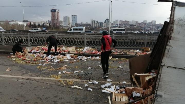 Яблоки на мосту: в Уфе Бельский мост заблокировала авария с фруктами