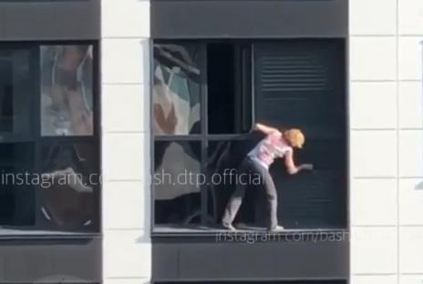 Очевидцы сняли на видео, как женщина без страховки мыла окна на 18-м этаже в Уфе