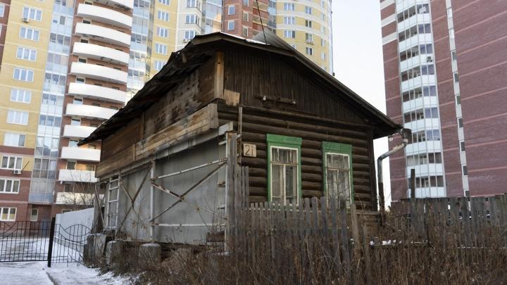 Один среди высоток: собственник дома-обрубка в Пионерском не смог продать его за 35 миллионов