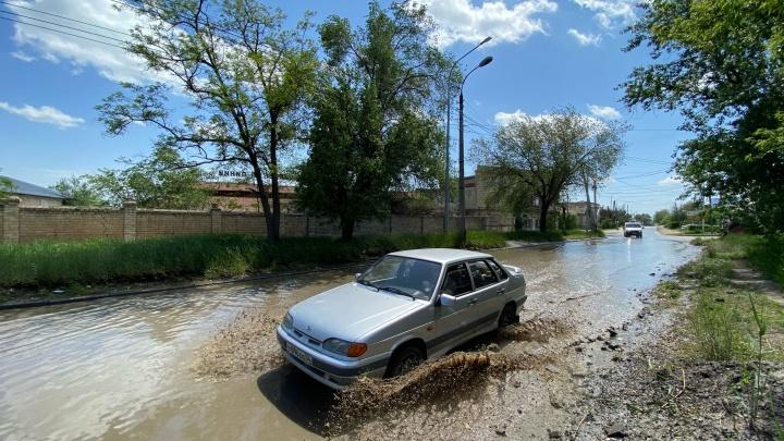 Поселок Ангарский в Волгограде из-за крупной аварии заливает зловонными нечистотами