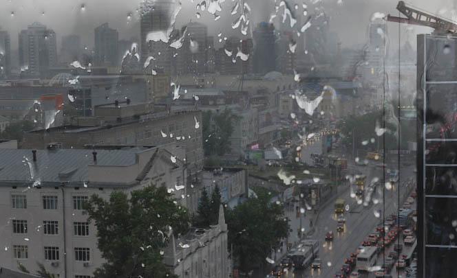 Дождь на улице и в комнате: в Екатеринбурге многоэтажку затопило из-за дырявой крыши