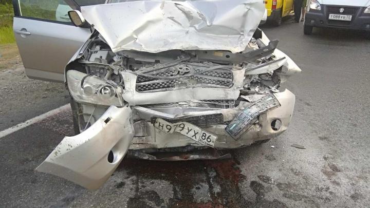 Вылетела на встречку: на тюменской трассе в ДТП попала машина, в которой ехала семья с ребенком
