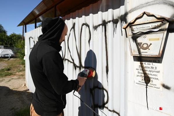 Чтобы привести забор в порядок, жительница дома наняла рабочего