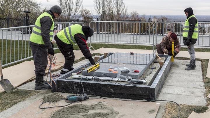 «Подрядчик ремонтирует за свои деньги»: на Мамаевом кургане завершается ремонт надгробия на могиле Чуйкова