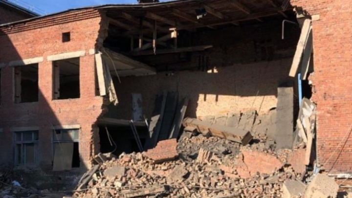 Власти Кузбасса решают судьбу школы, где при капремонте рухнула стена