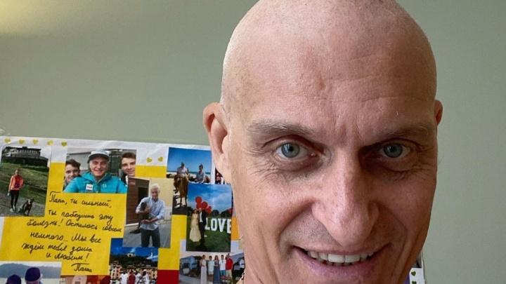 Олег Тиньков потерял волосы после химиотерапии. Его поддержали друзья и побрились налысо